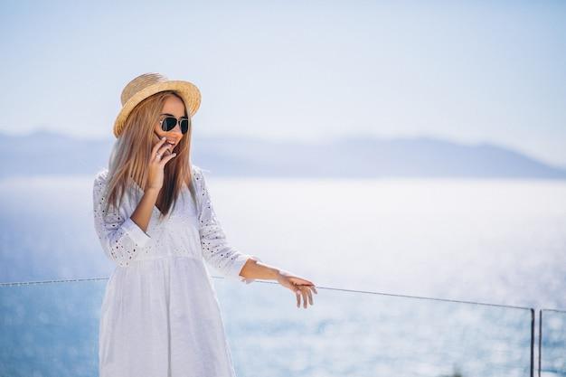 Jovem mulher em férias usando o telefone Foto gratuita