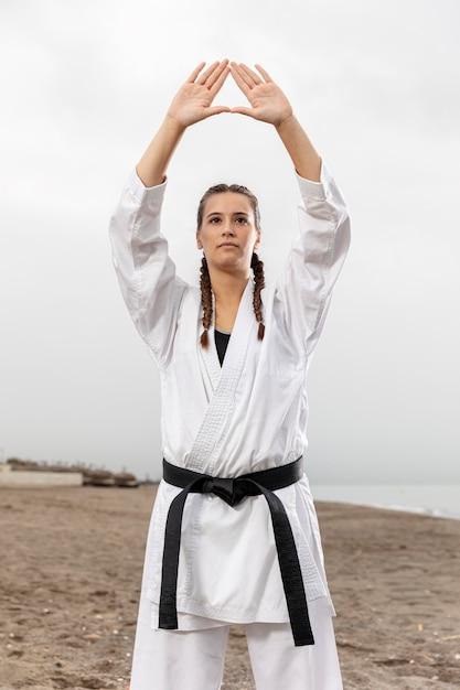 Jovem mulher em traje de artes marciais Foto gratuita