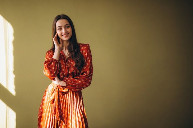 Jovem mulher em um lindo vestido Foto gratuita