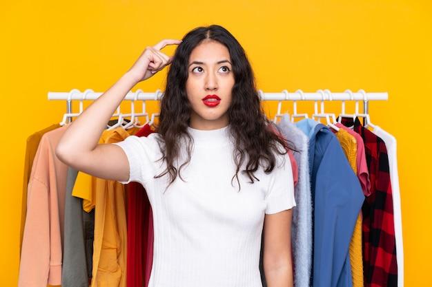Jovem mulher em uma loja de roupas Foto Premium