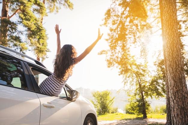 Jovem mulher em uma viagem de carro Foto gratuita