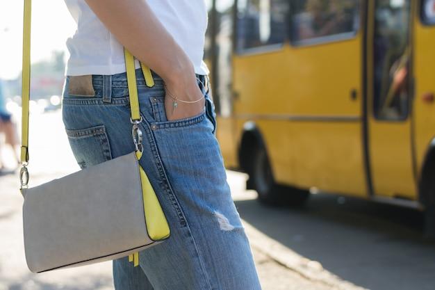 Jovem mulher esperando por um ônibus no close-up de ônibus Foto Premium