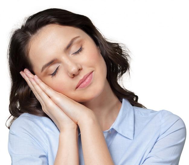Jovem mulher está dormindo por alguns minutos Foto Premium