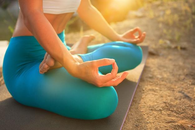 Jovem mulher está praticando ioga Foto gratuita