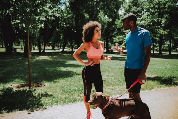 Jovem mulher falando com o homem desportivo. Foto Premium