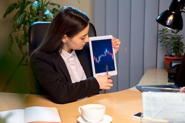 Jovem mulher falando, trabalhando durante a videoconferência com colegas, colegas de trabalho em casa. Foto gratuita
