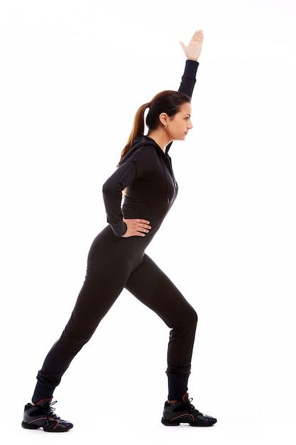 Jovem mulher fazendo exercícios de fitness Foto gratuita