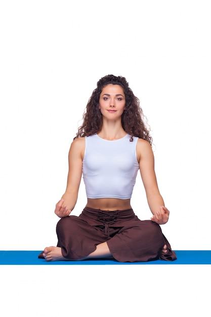 Jovem mulher fazendo exercícios de ioga isolados Foto gratuita