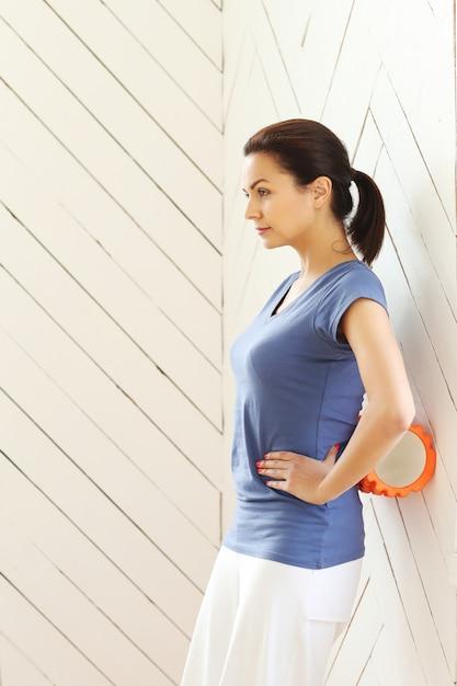 Jovem mulher fazendo exercícios Foto gratuita