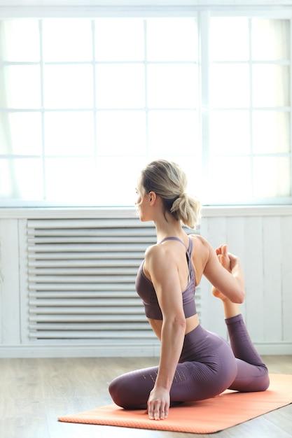 Jovem mulher fazendo pilates Foto gratuita
