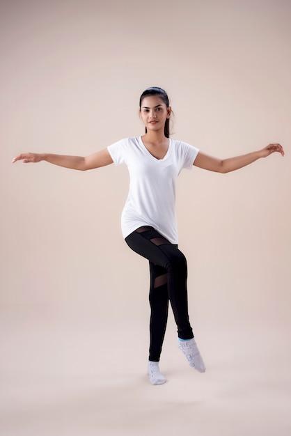 Jovem mulher fazendo treino de dança Foto Premium