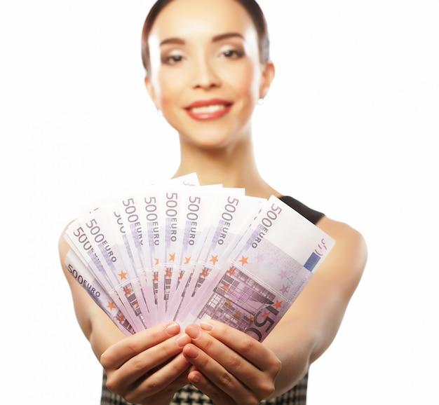 Jovem mulher feliz com dólares na mão. isolado no branco Foto Premium