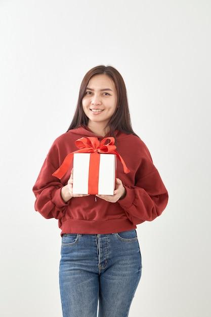 Jovem mulher feliz espera caixa de presente nas mãos Foto Premium