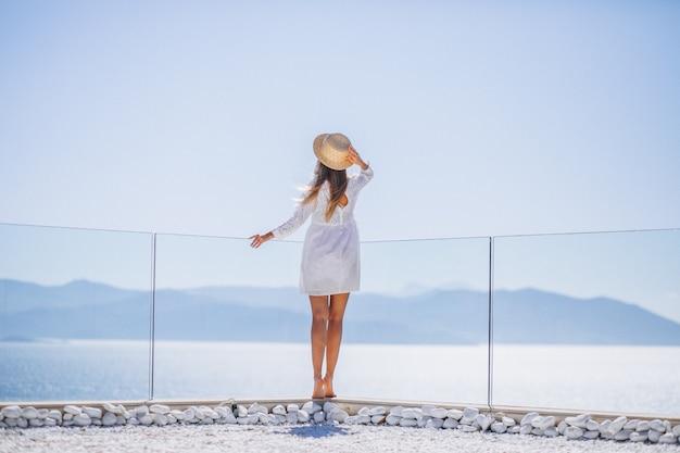 Jovem, mulher, ficar, costas, olhar, mar Foto gratuita