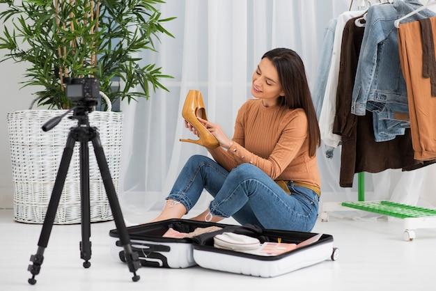 Jovem mulher gravando em casa Foto Premium