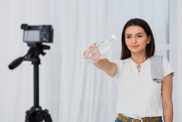 Jovem mulher gravando um comercial Foto gratuita
