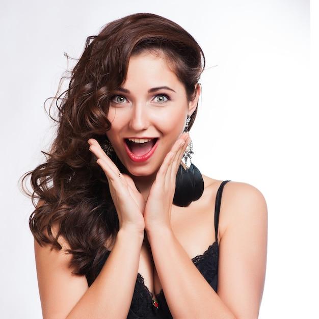Jovem mulher gritar e gritar usando as mãos como tubo Foto Premium