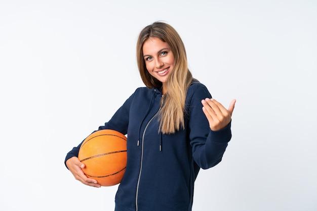 Jovem mulher jogando basquete sobre branco isolado Foto Premium