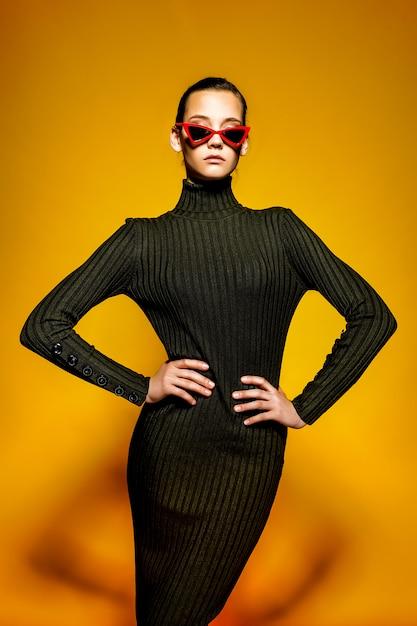 Jovem mulher legal usando vestido preto Foto Premium
