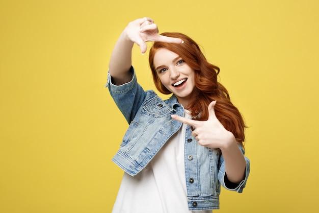 Jovem mulher linda de gengibre Foto Premium
