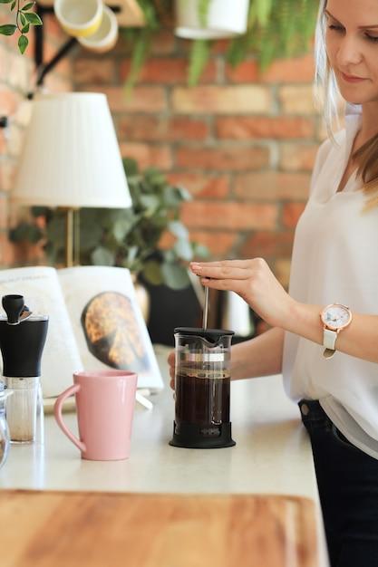 Jovem mulher linda tomando café Foto gratuita