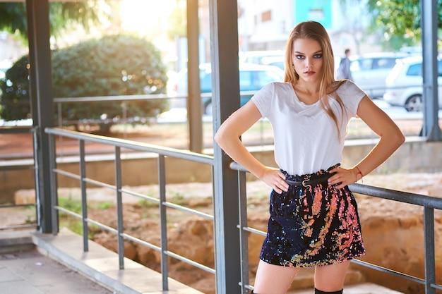 Jovem mulher loira atraente posando ao ar livre Foto Premium