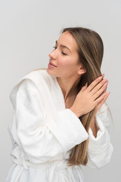Jovem mulher loira bonita Foto Premium