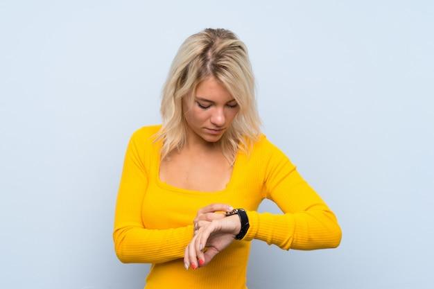 Jovem mulher loira com relógio de pulso Foto Premium