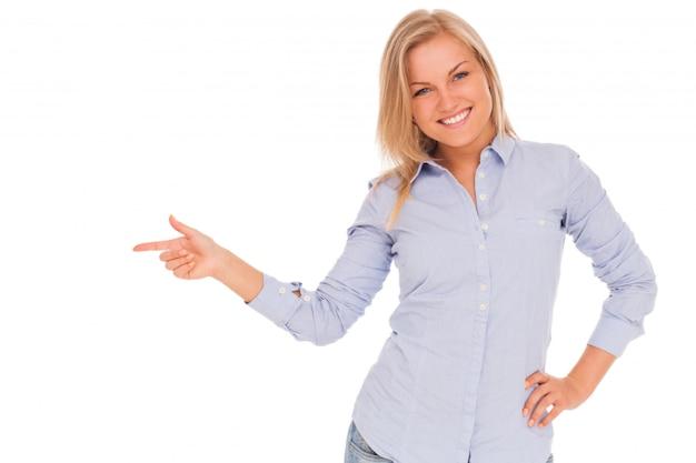 Jovem mulher loira mostra com o dedo Foto gratuita