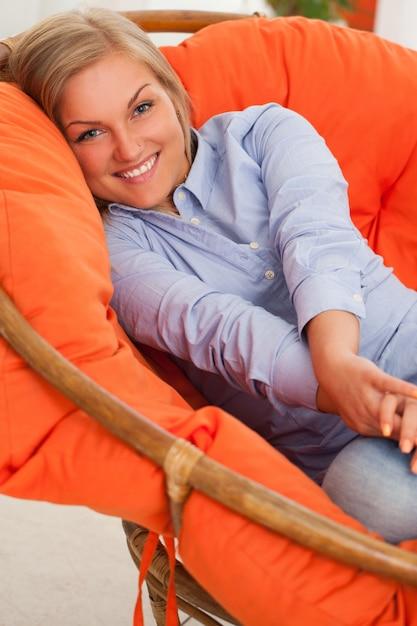 Jovem mulher loira sorrindo Foto gratuita