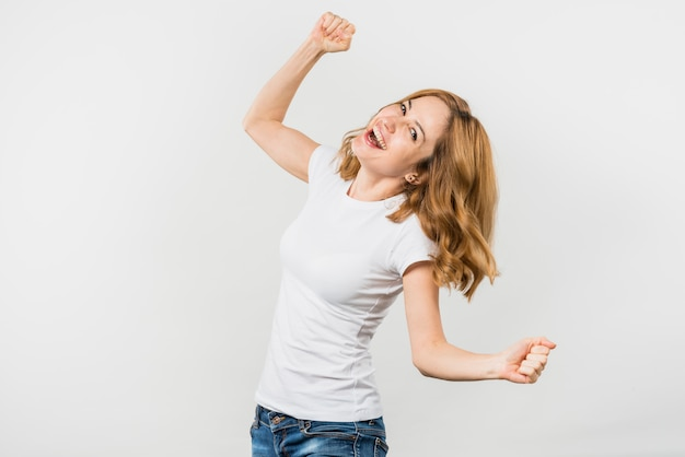 Jovem mulher loura alegre isolada no contexto branco Foto gratuita