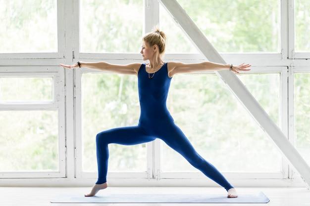Jovem mulher malhando, fazendo exercícios de ioga ou pilates Foto Premium