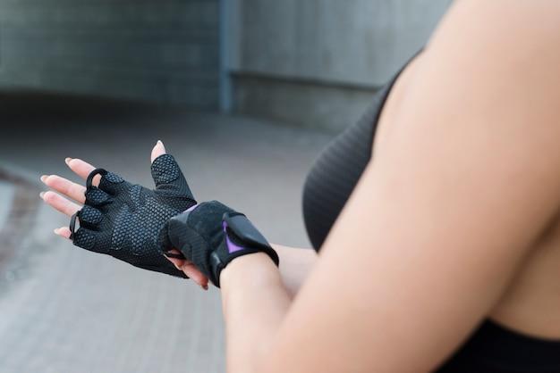 Jovem mulher malhando na rua Foto gratuita
