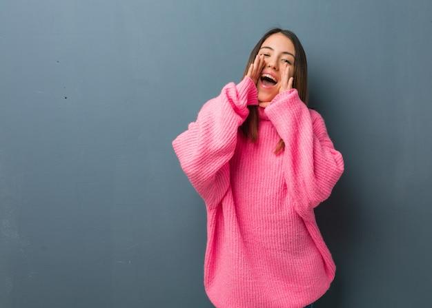 Jovem mulher moderna gritando algo feliz para a frente Foto Premium