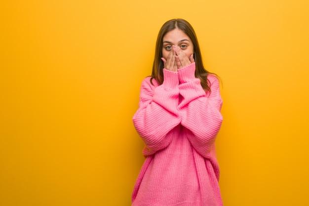 Jovem mulher moderna muito assustada e com medo escondido Foto Premium