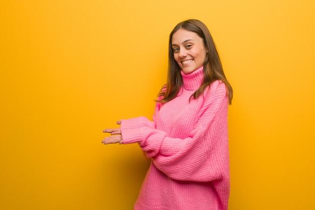 Jovem mulher moderna segurando algo com as mãos Foto Premium