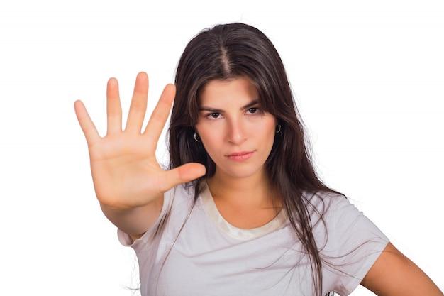 Jovem mulher mostrando o gesto de parada com a palma da mão. Foto gratuita