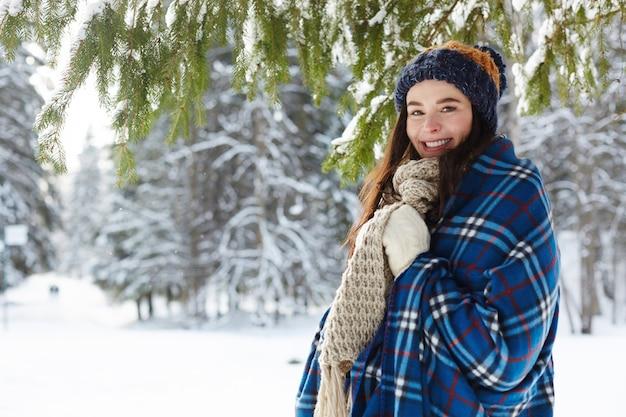 Jovem mulher na floresta de inverno Foto gratuita