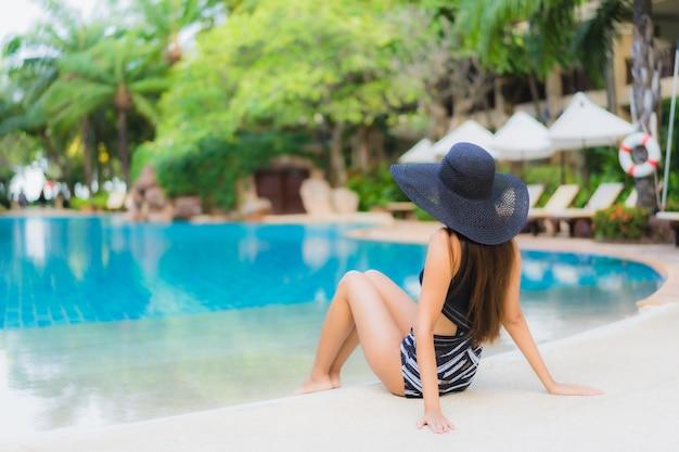 Jovem mulher na piscina Foto gratuita
