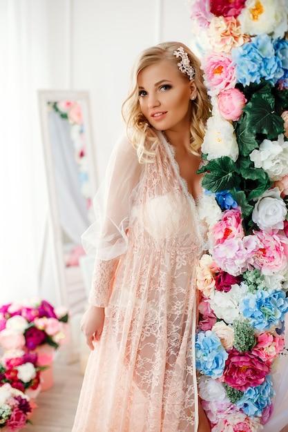 Jovem mulher na sala decorada com flores Foto Premium