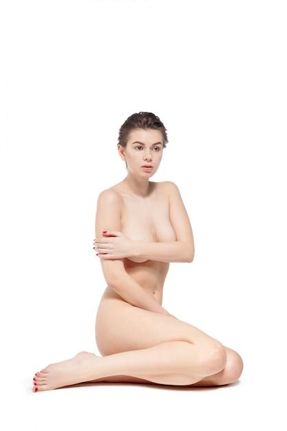 Jovem mulher nua sentada no chão Foto Premium