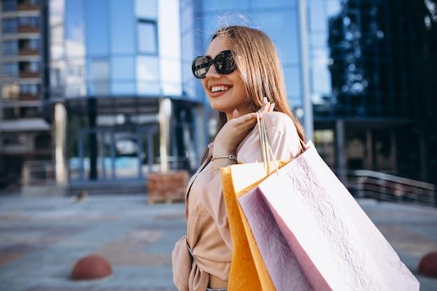 Jovem mulher pelo shopping Foto gratuita