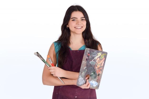 Jovem mulher pintando com pincel. Foto Premium