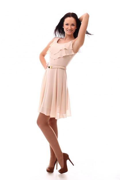 Jovem mulher posando com vestido rosa Foto gratuita