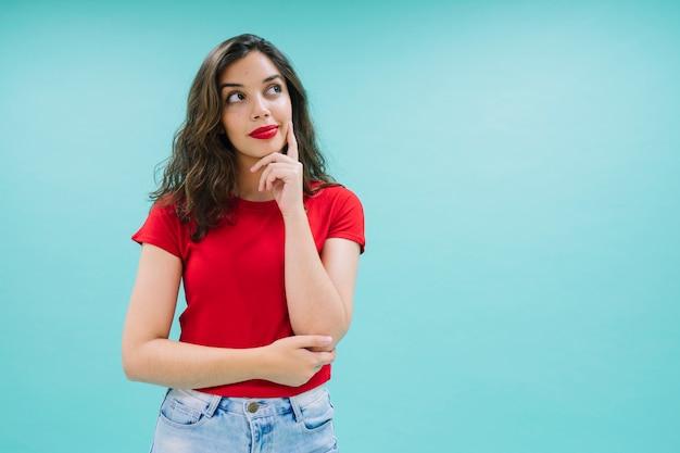 Jovem mulher posando e imaginando Foto Premium