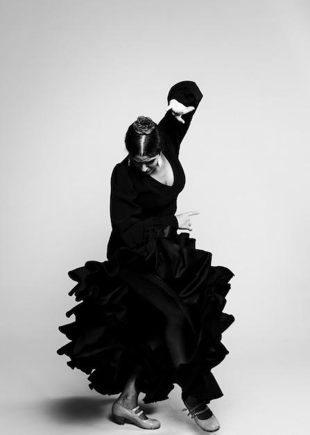 Jovem mulher preto e branco olhando para baixo Foto gratuita