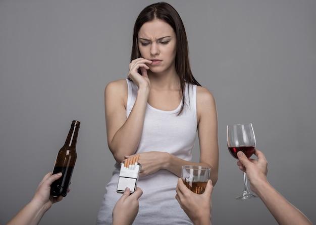 Jovem mulher que se recusa a álcool e tabaco. Foto Premium