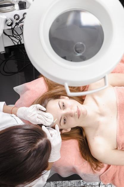 Jovem mulher recebendo injeção dermall enchimentos Foto Premium