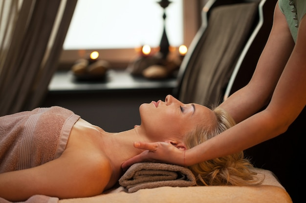 Jovem mulher relaxar no spa de luxo Foto gratuita
