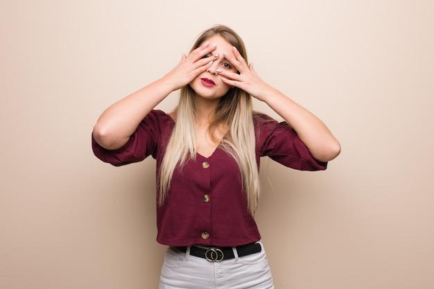 Jovem mulher russa se sente preocupada e assustada Foto Premium